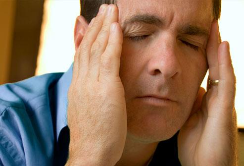 Người đàn ông bị đau đầu