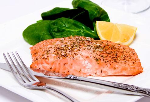 Phi lê cá hồi với rau chân vịt và nêm chanh