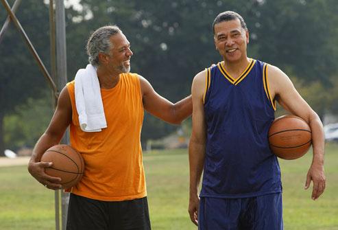 Hai người đàn ông trên sân bóng rổ ngoài trời